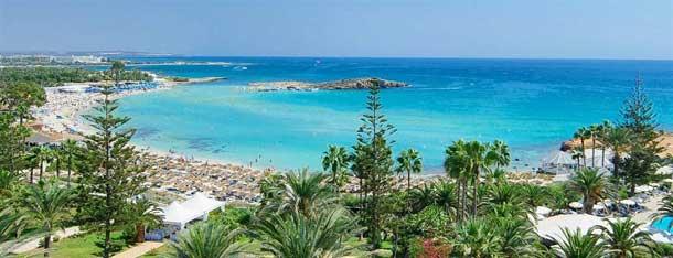 Красивый пляж нисси на Кипре