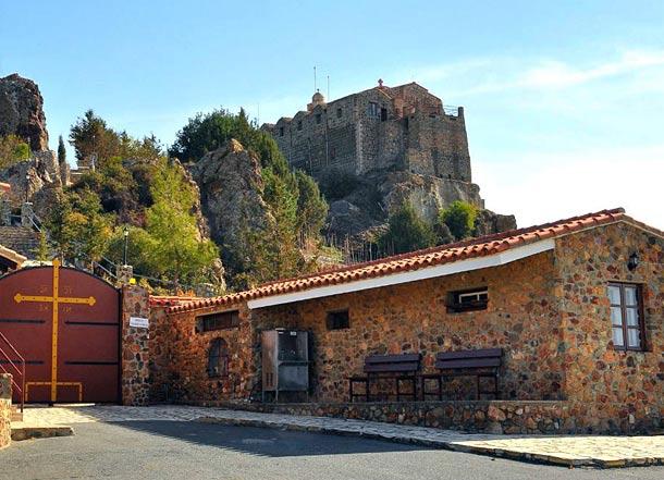 Монастырь Ставровуни на Кипре фото