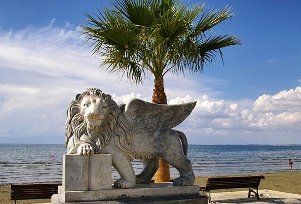 Венецианский лев на набережной Ларнаки