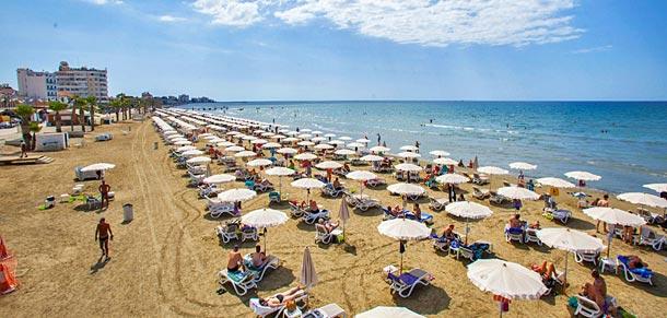 Пляж Финикудес в Ларнаке (Кипр)