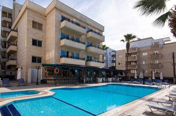 Открытый басейн в Kapetanios Limassol Hotel