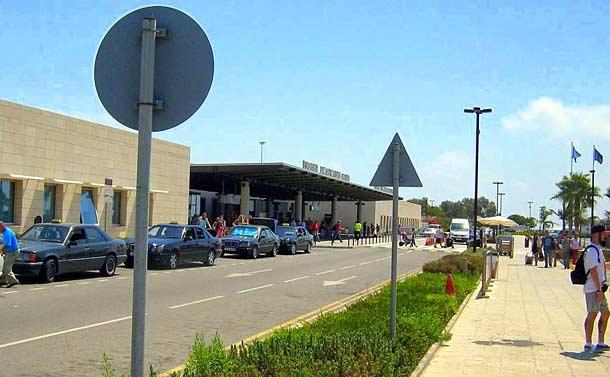 Стоянка такси около аэропорта в Пафосе