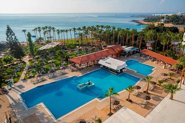 Бассейн в отеле Cavo Maris Beach 4*
