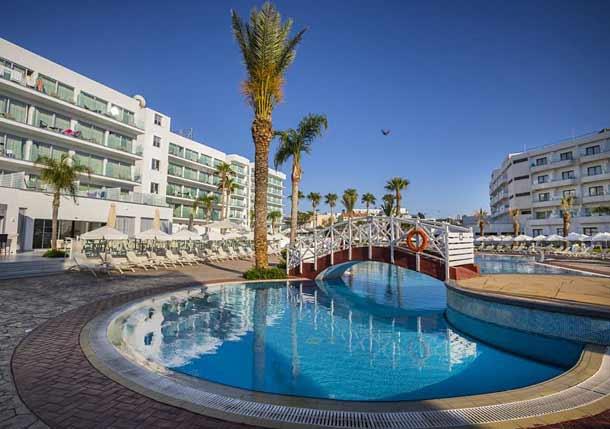Общий вид с бассейном на Тсокос Бич Кипр в Протарасе