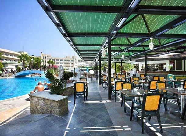 Бар рядом с бассейном в Алое отеле