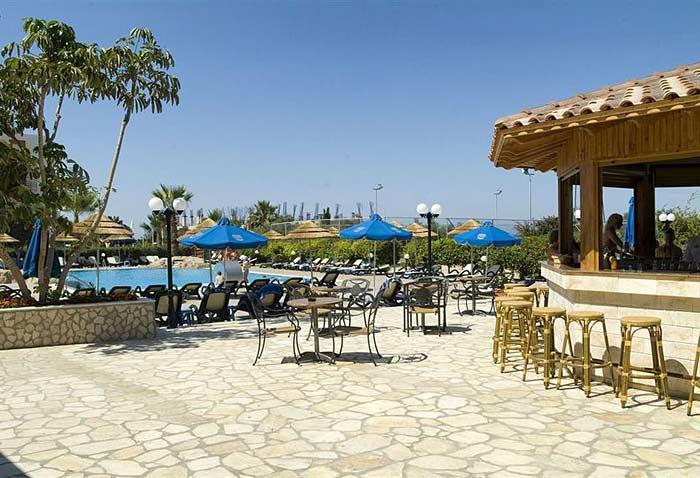 Thalassa Pool Bar рядом с басейном
